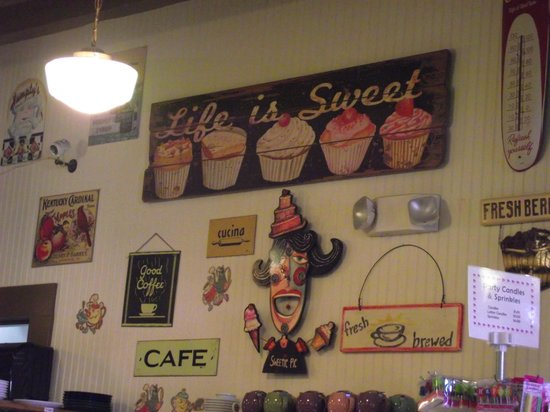 Sweetie Pies Bakery: Wall to read while waiting and eating