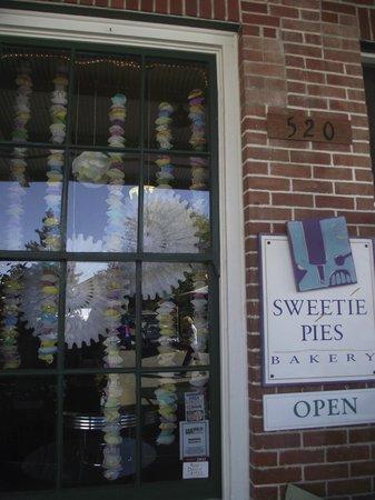 Sweetie Pies Bakery: Front door