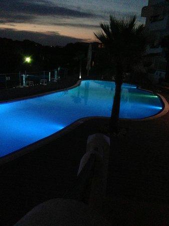 Ferrera Beach Apartments: Main pool in the evening