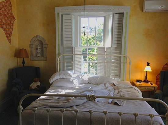 Captain's Manor Inn: Great place to wake up on a sunny fall morning (Tuscany room)