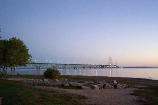 Lighthouse View Motel: Mackinac Bridge