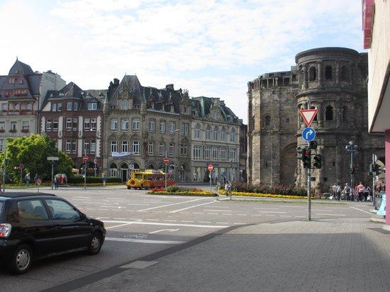 ante porta - Das Stadthotel : Paulinstrasse leading to Porta Nigra