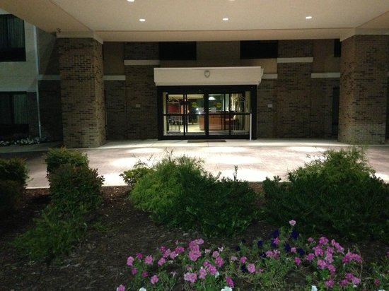 Comfort Suites Whitsett - Greensboro East: Front entrance to hotel.
