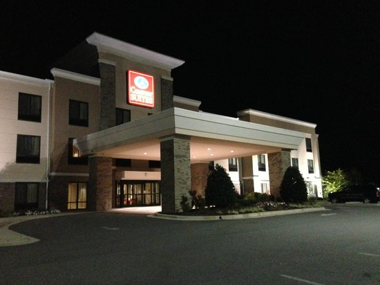 Comfort Suites Whitsett - Greensboro East: Clean hotel exterior, and clean quiet parking lot.