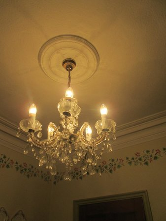 Tall Storeys Guest House: Chandelier