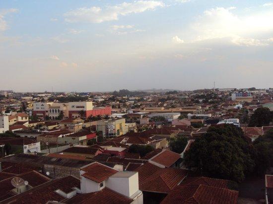Comfort Hotel Sertaozinho : Vista da janela do 4º andar - em frente a rua Carlos Gomes