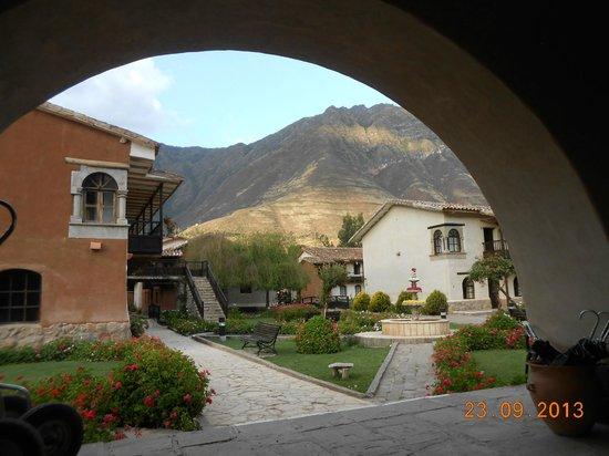 """Sonesta Posadas del Inca Sacred Valley Yucay : Vista a partir das """"chaises"""" que ficam na varanda externa do salão de recepção"""