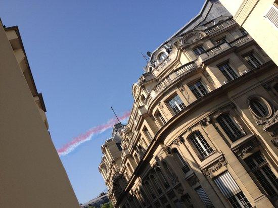Hotel du Triangle d'Or: ホテルの窓から飛行機が^^