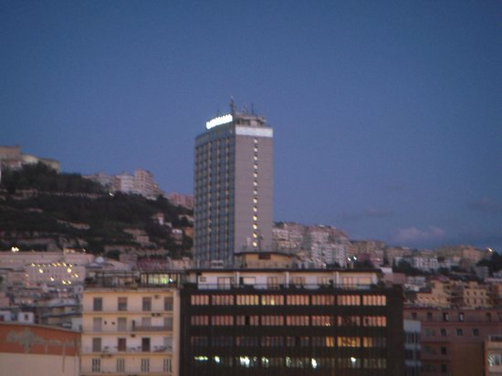 NH Napoli Ambassador: 海からみたホテルです。