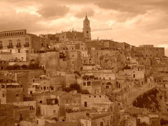 ซัสสิดิมาเทรา: セピア色の町です。
