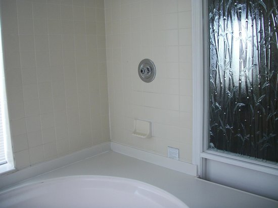 Pointe Estero Beach Resort: Shower Area in Garden Tub