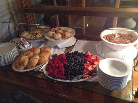 Inn On Summerhill: Nissa's breakfast table