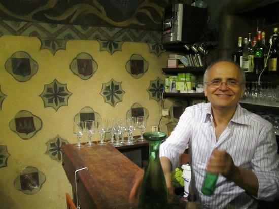 Aux Anysetiers Du Roy Restaurant: Friendly owner