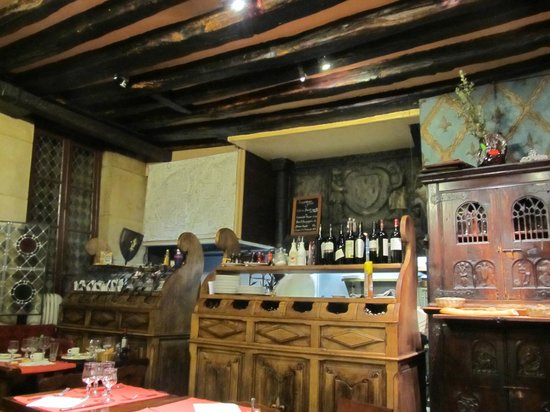 Aux Anysetiers Du Roy Restaurant: Part of the main room