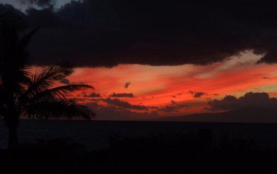Haleakala Shores Condos: Sunset over Lanai from Kam3 beach