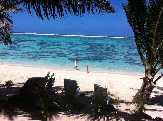 Cooks Bay Villas: beach front