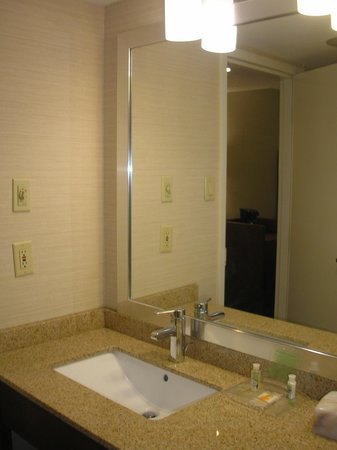 Holiday Inn Oakville Centre: The bathroom