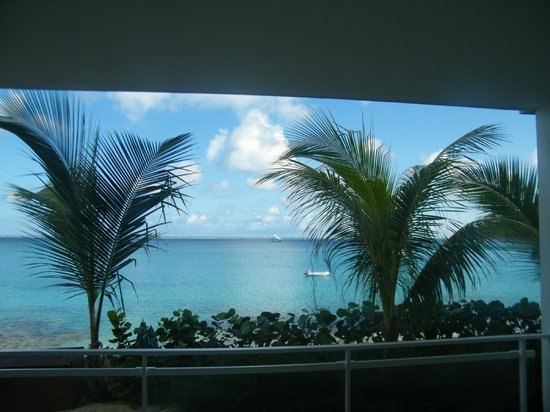 Bleu Emeraude: You could almost reach out and touch the beach from the terrace of our 1st floor room.