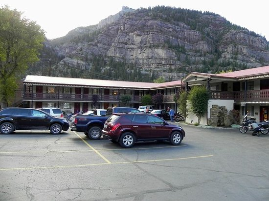 Ouray Chalet Inn: Exterior/Parking