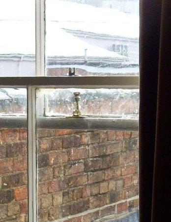 Central Hotel Cheltenham: Old window lock not very reassuring
