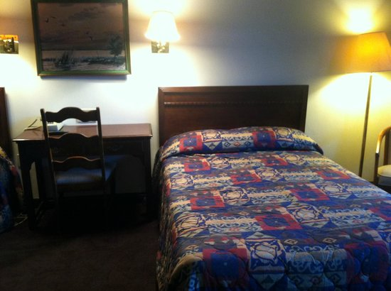 The Mountaineer Inn: desk and bed.