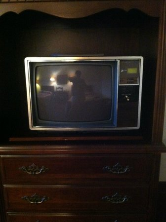 The Mountaineer Inn: old tv!