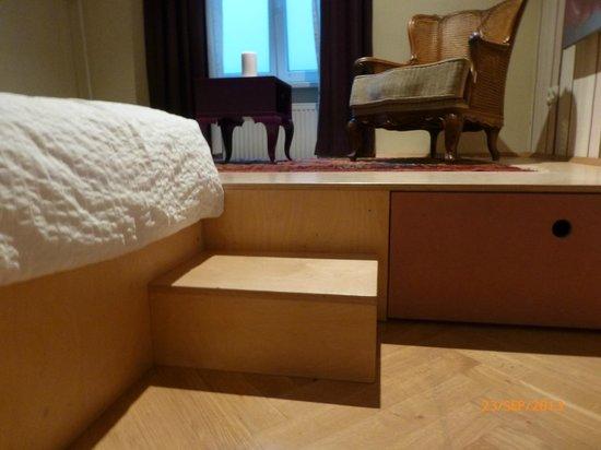 WANZ'inn Design Appartements: entre le lit et le coté salon.
