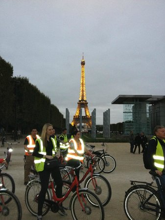 Fat Tire Tours Paris: Night tour between Eiffel Tower and Ecole Militaire
