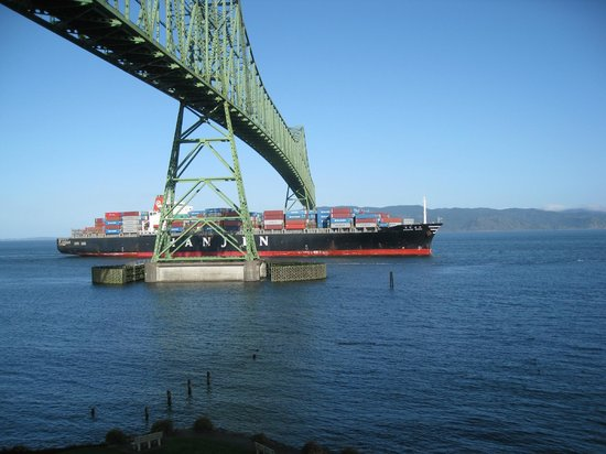 Astoria-Megler Bridge : Ship passing under Astoria bridge