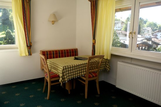 Hotel Garni Villa Park: dining table for four