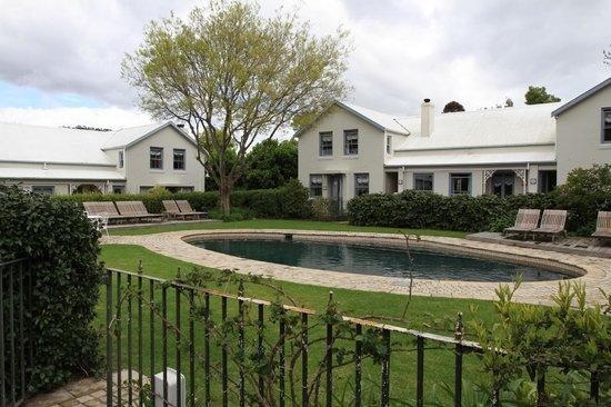 Le Quartier Francais: piscina e jardim do hotel