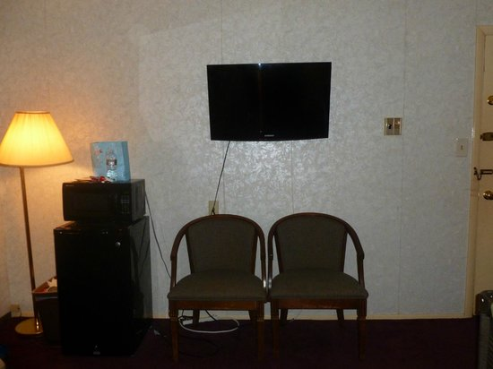 Cherry Lane Motor Inn: TV mounted to wall, wires hanging exposed