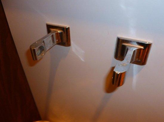Cherry Lane Motor Inn: Broken toilet paper holder