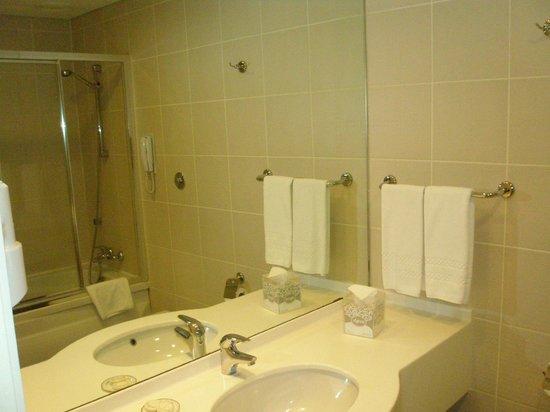 TAV Airport Hotel: Clean bathroom