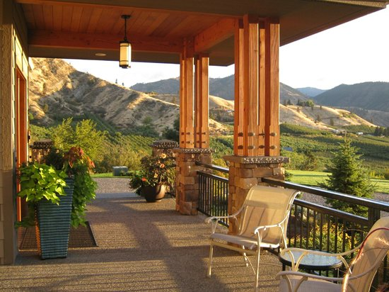 Cascade Valley Inn : Front porch of inn.