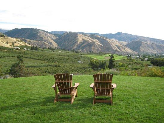 Cascade Valley Inn: Relax in an Adirondack chair.