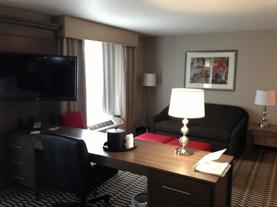 Hampton Inn Middletown: Desk & sofa
