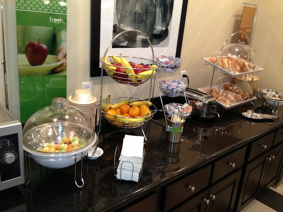Hampton Inn Middletown: Breakfast-donut and fruits