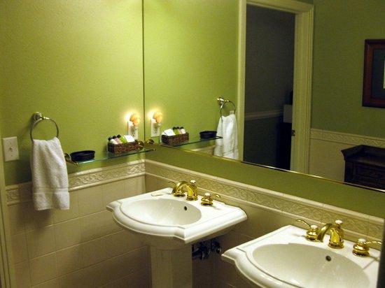 San Luis Creek Lodge: Double sink area of bathroom.