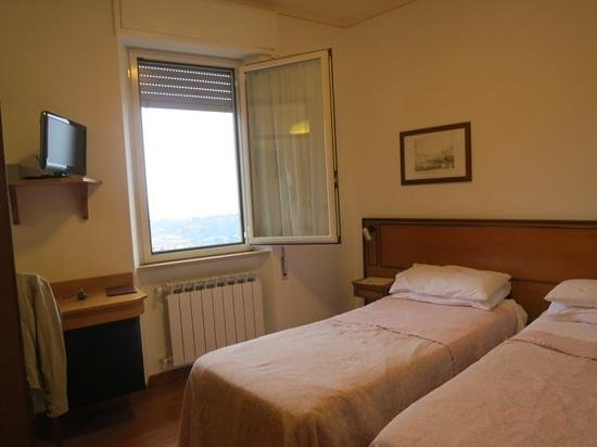 Hotel Signa: Twin room on the 3rd floor with fridge under the desk