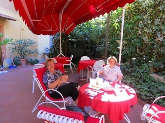 Hotel Signa: Lovely outdoor patio area for late afternoon R and R with wine or coffee from the bar