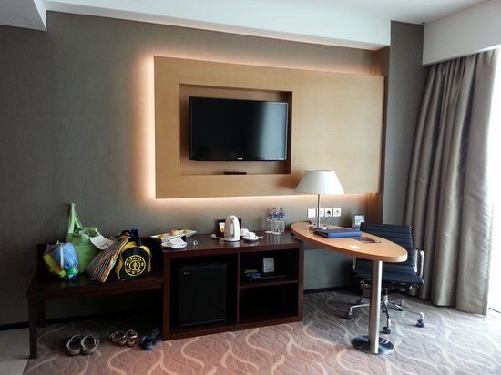 JS Luwansa Hotel and Convention Center: Desk and TV