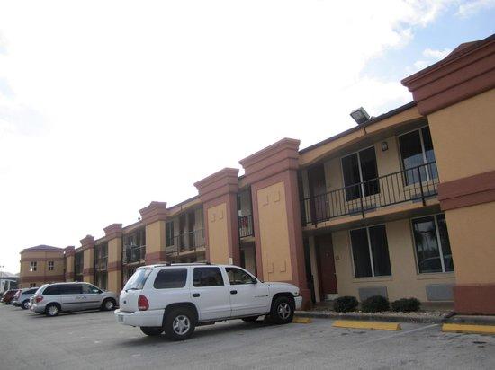 Econo Lodge Inn & Suites : Fachada lateral com estacionamento