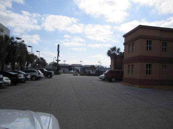 Econo Lodge Inn & Suites: Fachada lateral com estacionamento