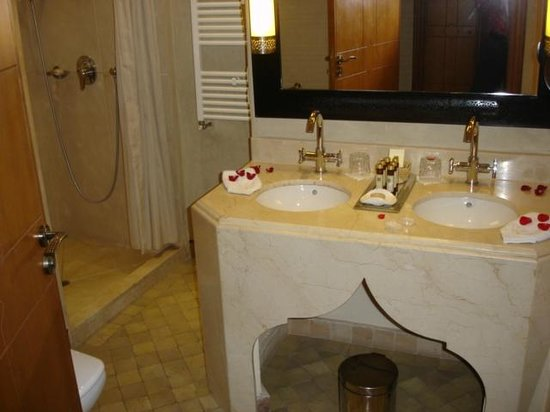 La Maison Arabe: Clean well-appointed and well-sized bathroom