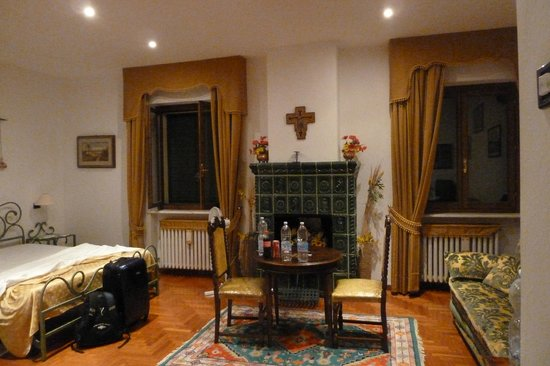 Villa Sant'Uberto Country Inn: The bedroom fireplace