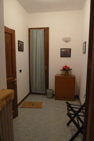 Villa Sant'Uberto Country Inn: Mudroom to the bathroom