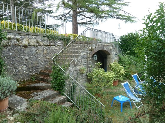Villa Sant'Uberto Country Inn: To the gardens from the pool