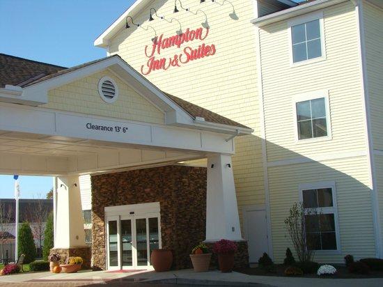 Hampton Inn & Suites Mystic: Parking Lot View of Entrance