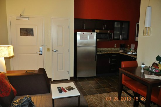 Residence Inn San Diego Carlsbad: Living Room and Kitchen